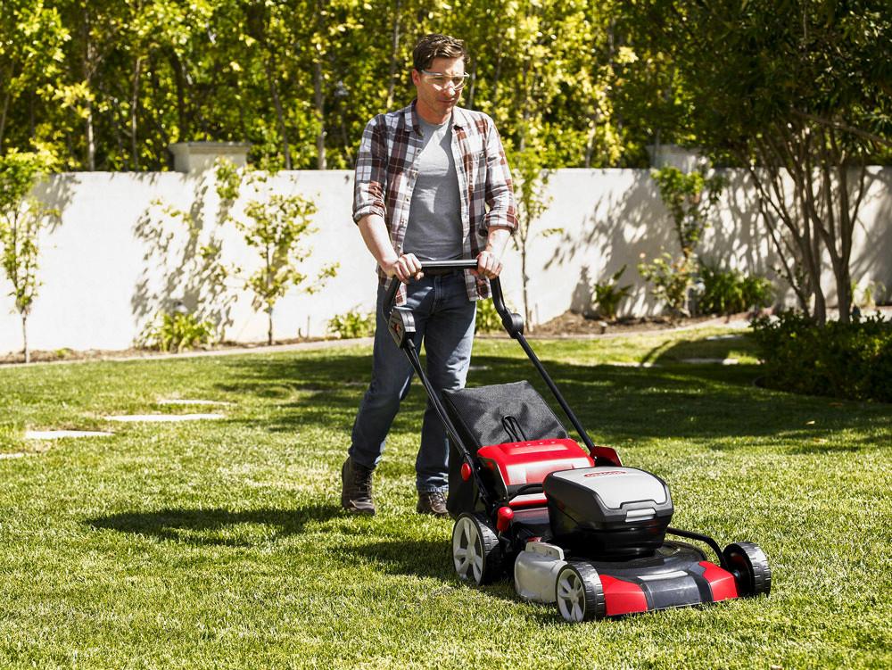 Jak kosić trawnik na wiosnę?